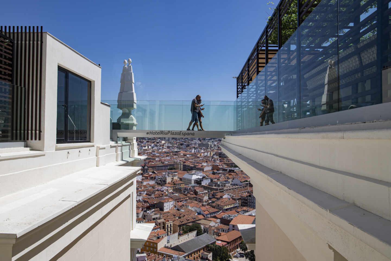 La pasarela con suelo transparente, uno de los grandes atractivos de la terraza