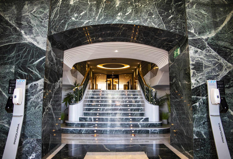 La escalera de mármol de la entrada se ha restaurado
