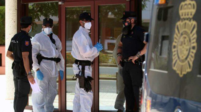 Agentes de la Policía Nacional, custodiando a infectados por covid-19 en Málaga.