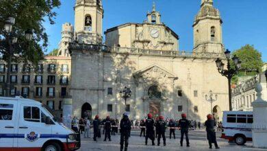 20 furgonetas, un helicóptero y dos lanchas de la Ertzaintza evitan disturbios en el mitin de Vox en Bilbao