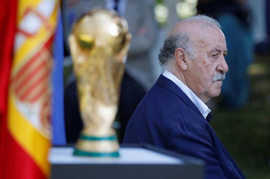 Vicente del Bosque posa junto con la copa de campeones durante un acto de conmemoración del 10º aniversario