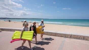 Canarias, Valencia y Baleares se rebelan contra la mascarilla obligatoria en la playa