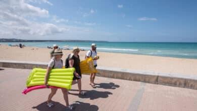 Canarias, Valencia y Baleares se rebelan contra la mascarilla obligatoria en la playa decretada por el Gobierno