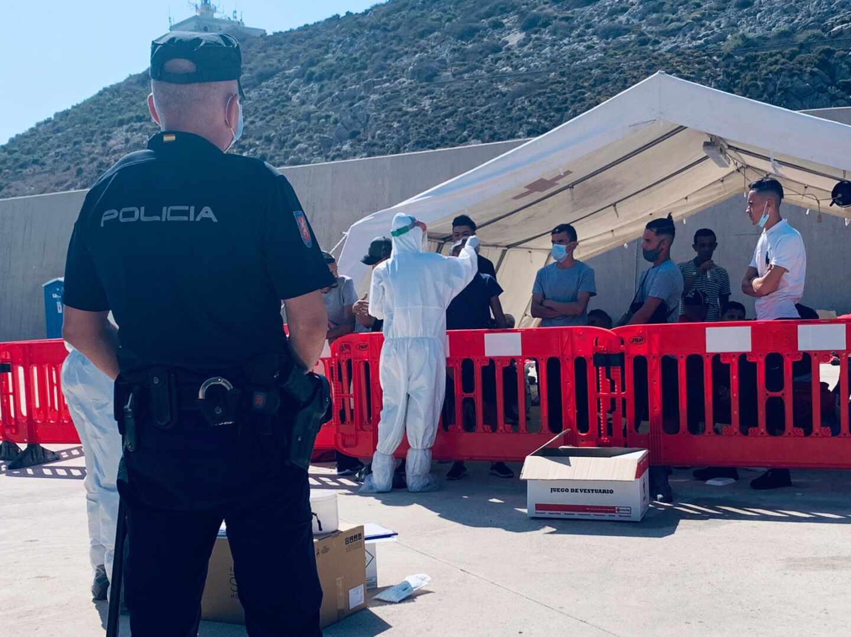Un policía de la UIP, en el campamento habilitado en el puerto de Cartagena.