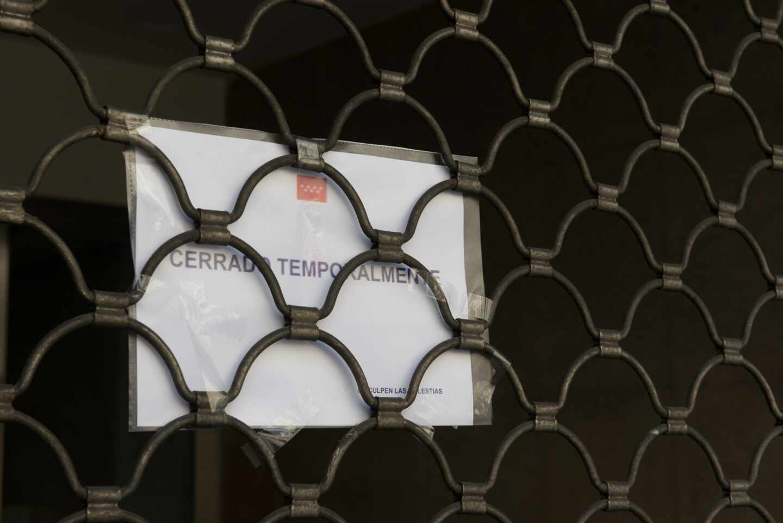 Cartel anunciando el cierre temporal de un comercio por el estado de alarma.