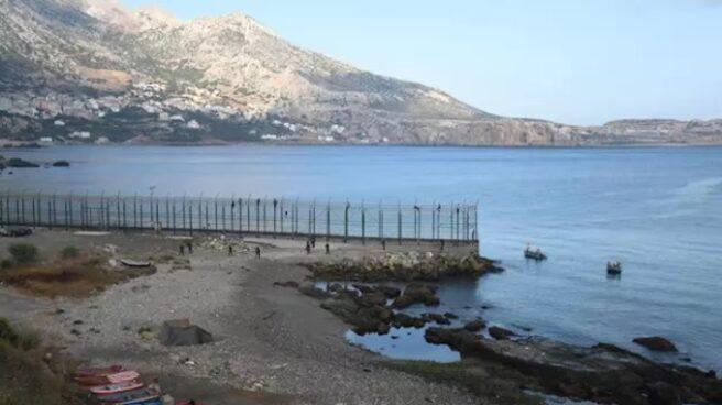 Algunos de los 153 migrantes que han entrado en Ceuta saltando su doble valla.