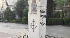 """Pintadas neonazis en el monumento a los """"abogados de Atocha"""" en Coslada"""