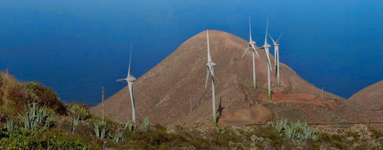 Aerogeneradores de energía eólica en la isla de Hierro.