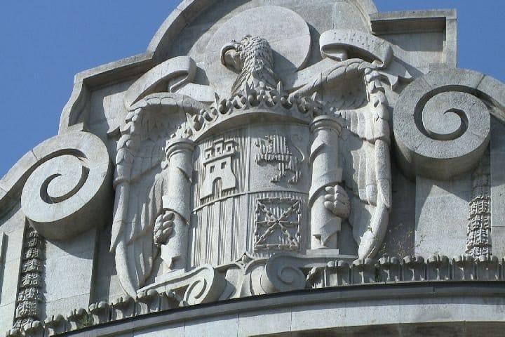 Escudo franquista que coronaba la fachada de la Agencia Tributaria en Bilbao y que fue retirado en 2017.