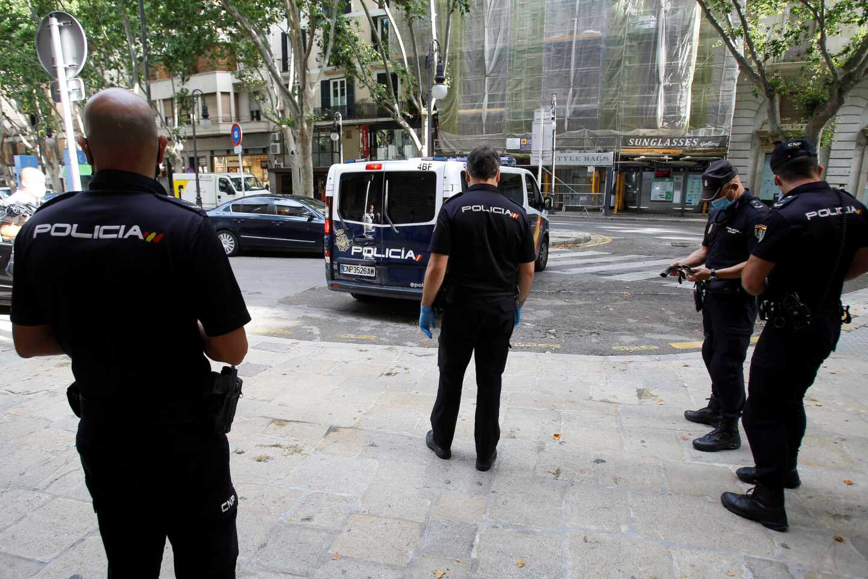 Agentes de la Policía Nacional en Palma de Mallorca.