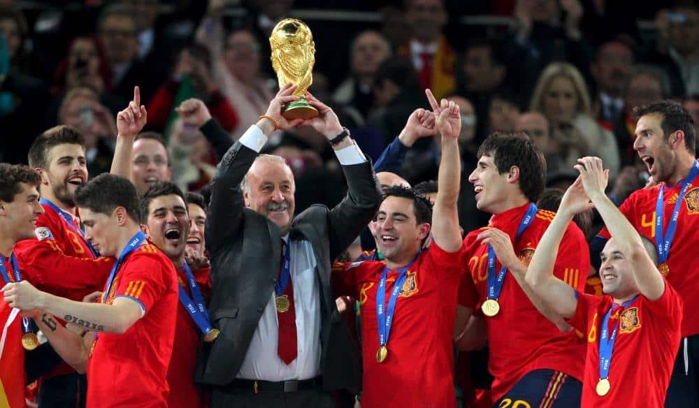Vicente del Bosque celebra el título conseguido en 2010