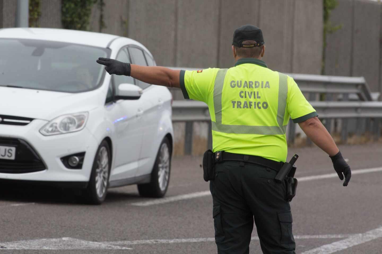 Un guardia civil, en labores de regulación del tráfico.