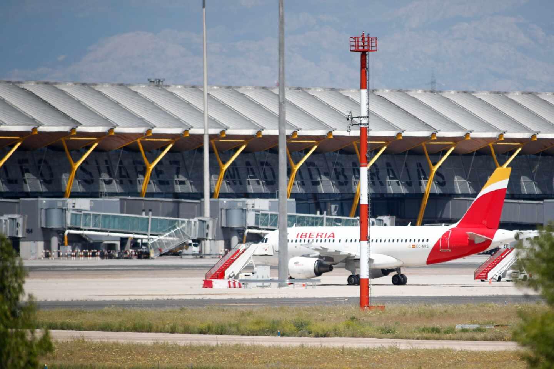 Un avión de la aerolínea Iberia en el aeropuerto de Madrid-Barajas.
