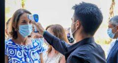 La ministra de Turismo, Reyes Maroto, es sometida a control de temperatura antes de asistir a unas jornadas en Ibiza.