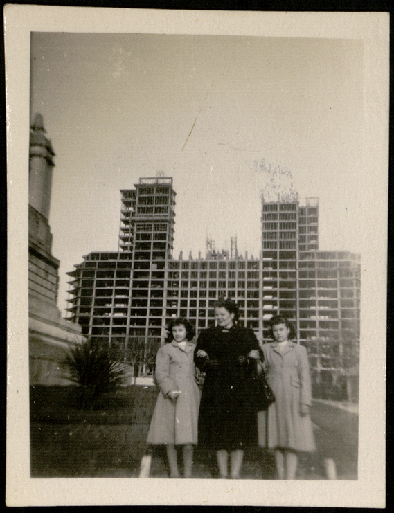 Una familia posa delante del edificio en construcción en 1951