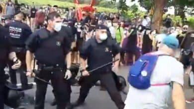 Los Mossos cargan contra los manifestantes durante la visita de los Reyes a Poblet