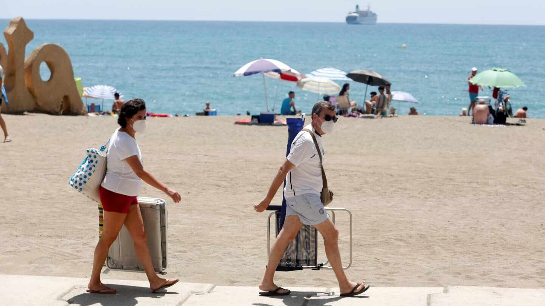 Dos bañistas con mascarillas en la playa de Málaga.
