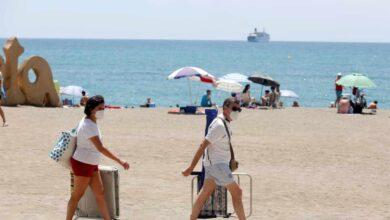 Sanidad propone ahora usar la mascarilla para pasear por la playa pero no para tomar el sol