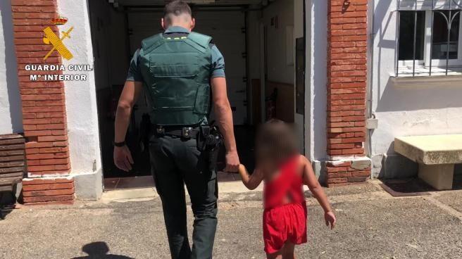 Un Guardia Civil con la menor.