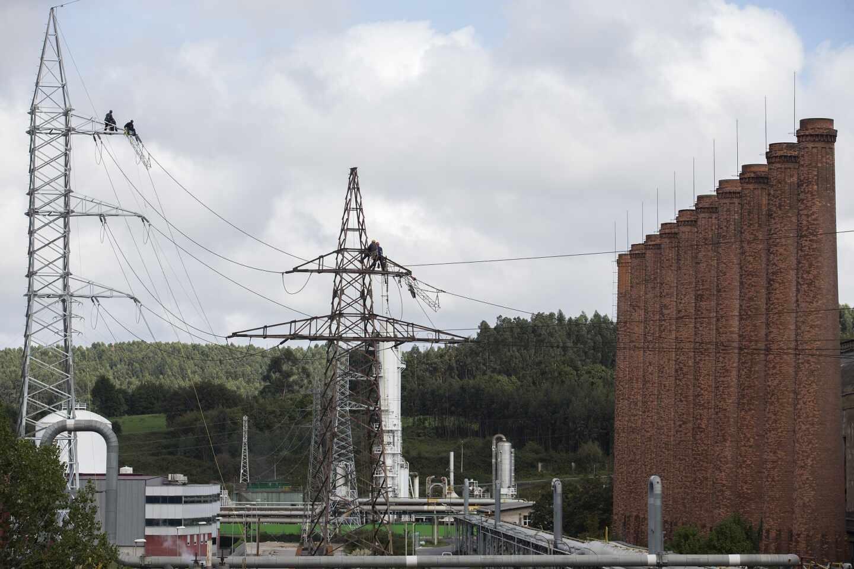 Técnicos de la distribuidora de EDP realizan trabajos en sus redes.