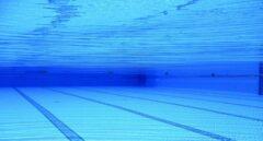 Tres menores detenidos y varios policías heridos durante una pelea multitudinaria en una piscina
