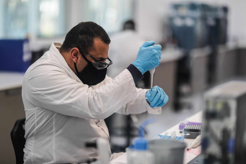 Qué es la mielitis transversa, la enfermedad que ha paralizado el ensayo de la vacuna de Astrazeneca