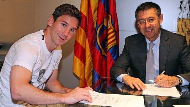 Messi y Bartomeu, durante la firma de la renovación de 2014