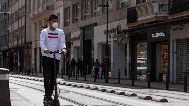 Un hombre monta en patinete.