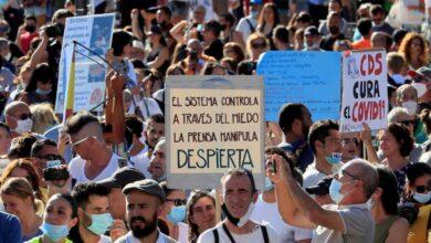 Sin distancia y sin mascarilla: cientos de personas se manifiestan en Madrid contra las medidas antiCovid