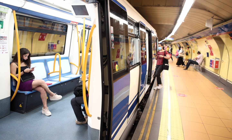 """Lamentable discusión en el Metro de Madrid por las mascarillas: """"¡Que te tapes la nariz!"""""""
