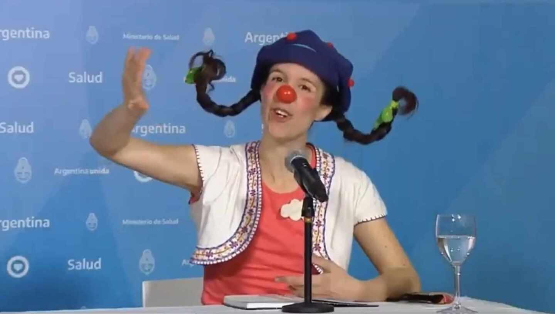 La payasa Filomena, del grupo infantil 'Vuelta Canela', participa el domingo en el balance de las cifras del coronavirus en Argentina.