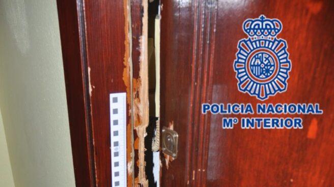 Cerradura de una puerta forzada
