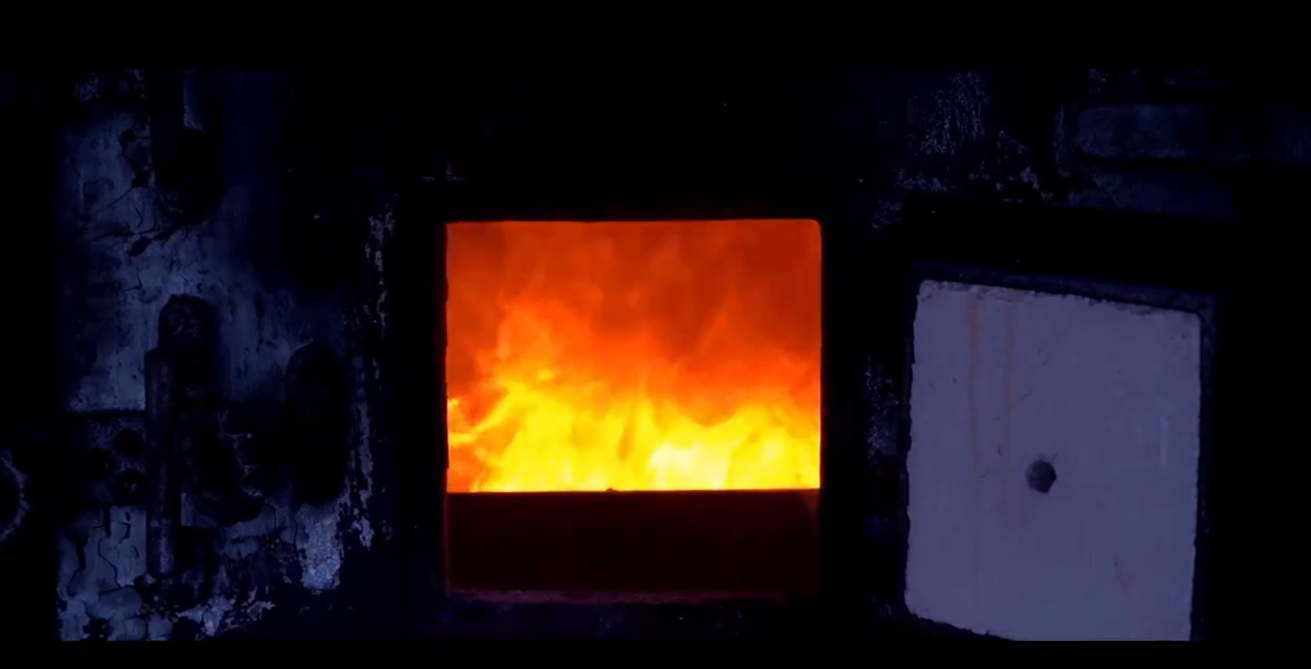 Imagen de las llamas de un horno crematorio.