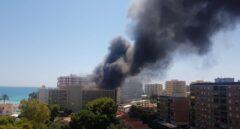 Un incendio en un hotel de Benicàssim afecta a diez vehículos y genera una densa columna de humo