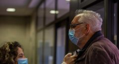 , una empleada de una residencia de Vitoria toma la temperatura a un hombre que va a visitar a su familiar