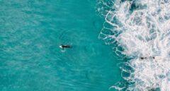 Rescatan a un surfista que se metió en el agua con bandera roja y obviando advertencias de los socorristas
