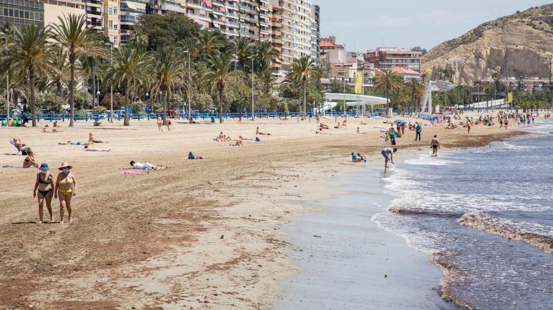 Ciudadanos descansando en una playa.