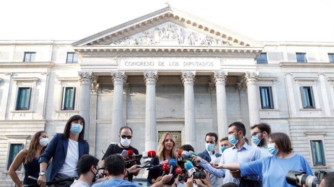 Cayetana Álvarez de Toledo atiende a la prensa a las puertas del Congreso.