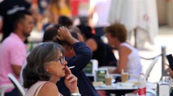 Sanidad pide a las comunidades que prohíban fumar en las terrazas en cualquier circunstancia