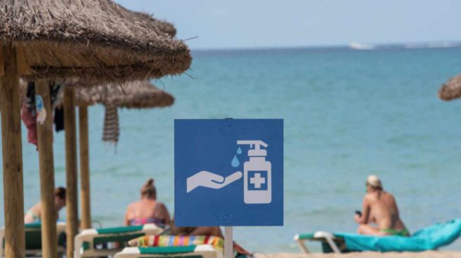 Cartel informativo sobre el uso de gel hidroalcohólico en una playa de Mallorca.