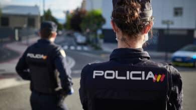 Detenidos dos hombres tras golpear a un hombre con un palo para robarle la cartera