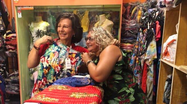 Ana Botin con Lenice de Sousa, una vendedora ambulante que con un microcrédito del Santander consiguió abrir su propia tienda.