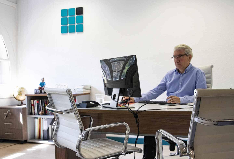Casimiro Garrcía-Abadillo, director de El Independiente, en su despacho de la redacción