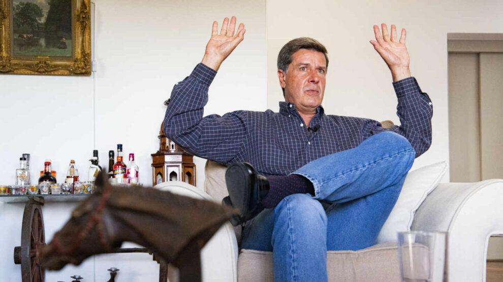 Cayetano Martínez de Irujo, durante su entrevista con El Independiente en el salón de su casa