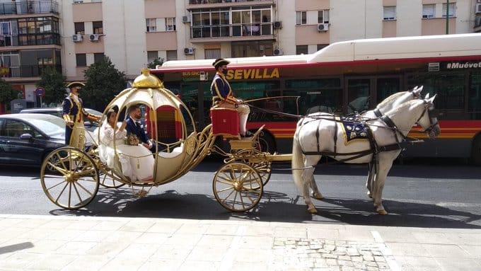 Una calesa al más puro estilo de la 'Cenicienta' recorre las calles de Sevilla