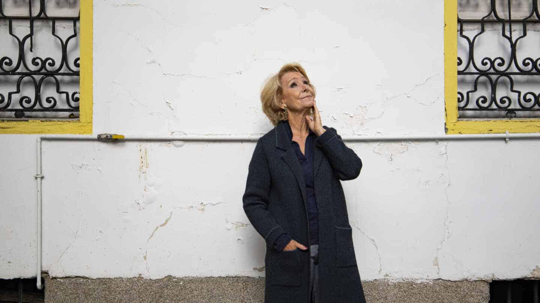 Esperanza Aguirre posa en el patio de su casa de Madrid durante la entrevista con El Independiente