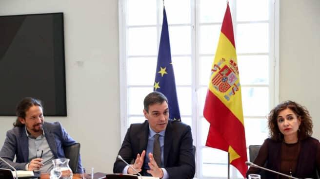 Pedro Sánchez, flanqueado por el vicepresidente Pablo Iglesias y María Jesús Montero.