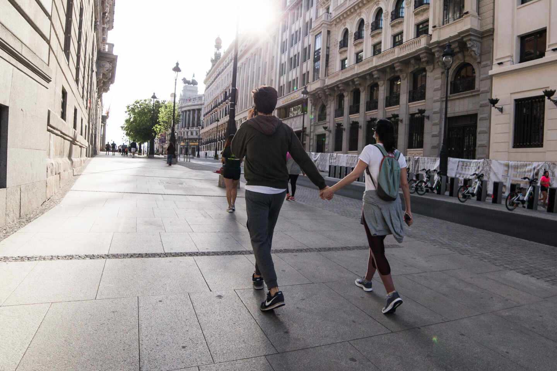 pareja-paseo-madrid-1440-960