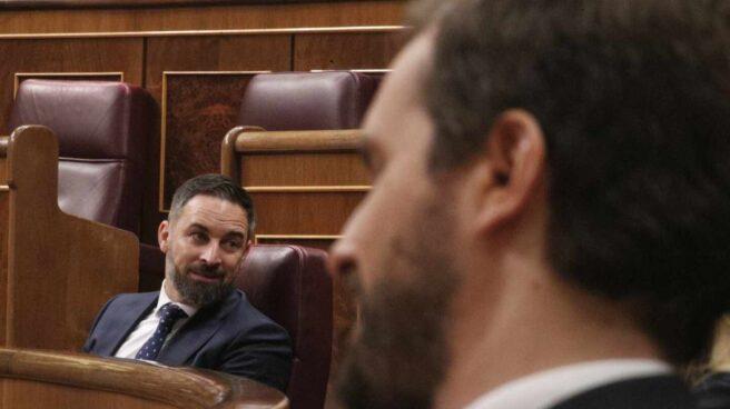 El líder de Vox, Santiago Abascal (i), y el líder del PP, Pablo Casado,