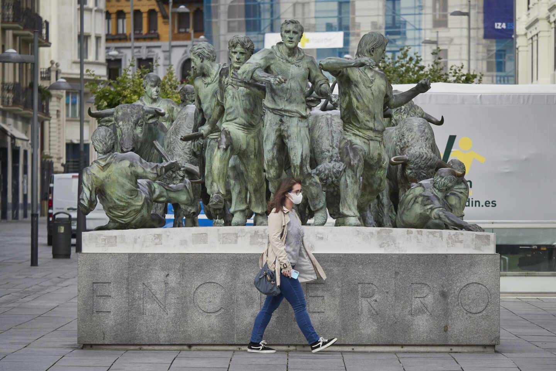 Una mujer camina por una céntrica calle de Pamplona, Navarra.
